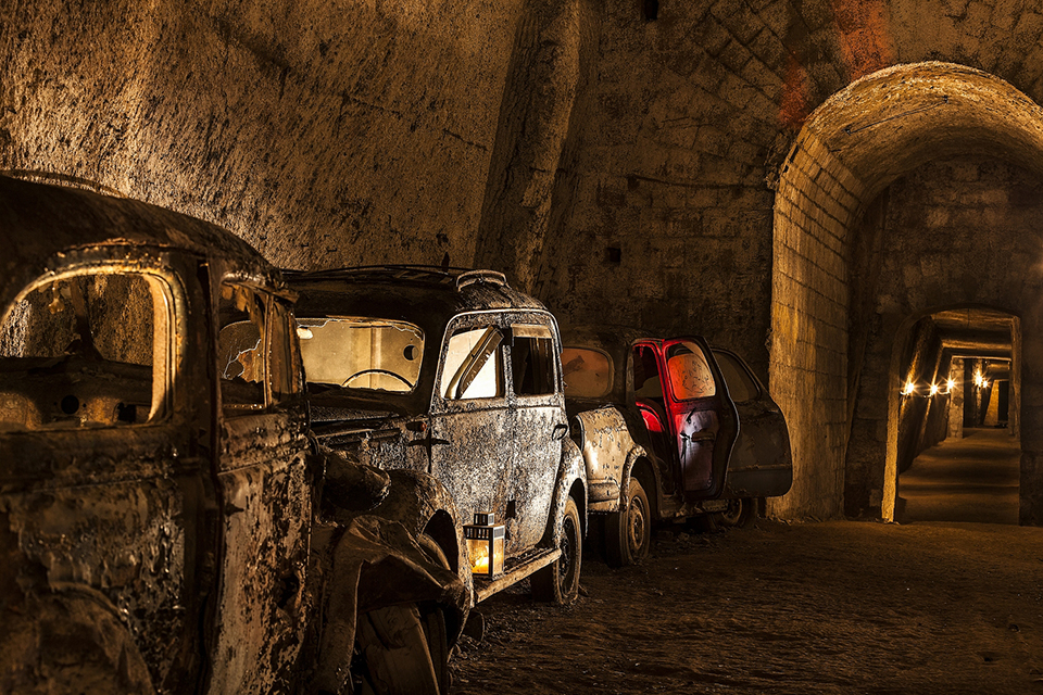 Galleria_borbonica_-_Cars_and_tunnel_(Naples)